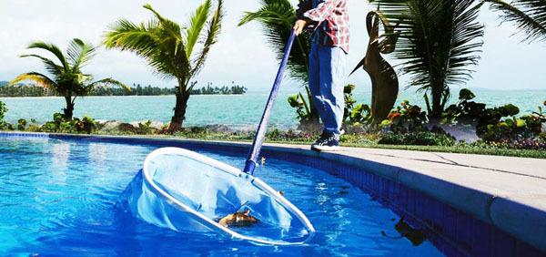 Limpar a piscina em cinco passos.
